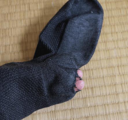 かかとに穴が開いた靴下