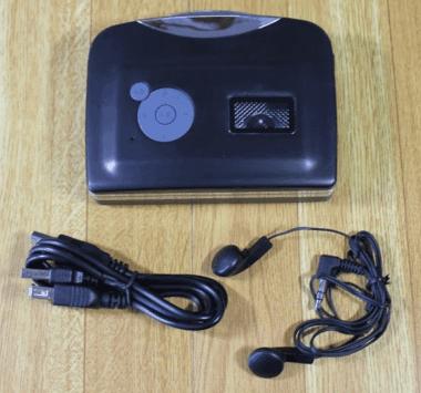 カセットテープUSB変換プレーヤーの内容物と付属品 USBコードとイヤホンと本体