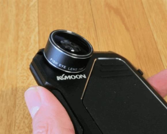 レンズキャップを外した魚眼レンズiPhoneに装着したところ。