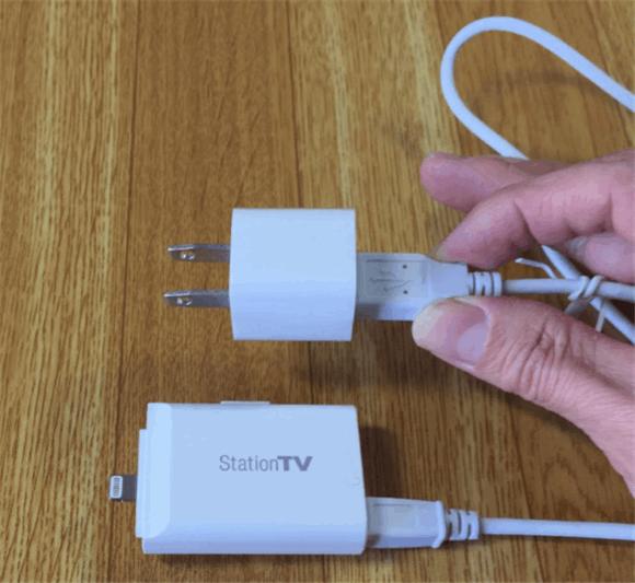 バッテリーはUSBで充電します。iPhone/iPadの充電器で充電可能。