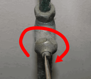 止水栓をマイナスドライバーで右に回して水を遮断