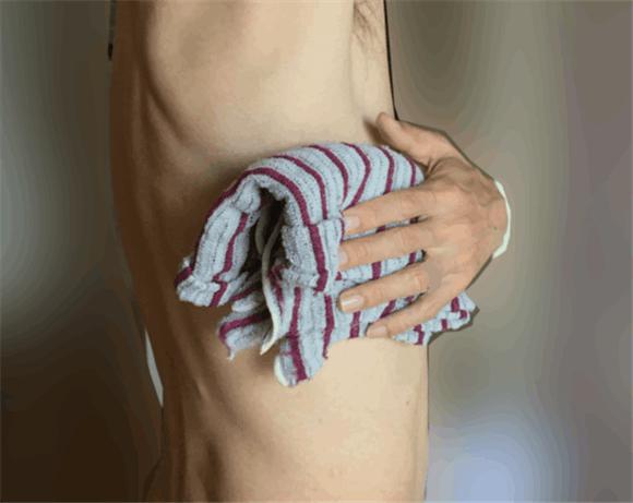 キメの洗いボディータオルでゴシゴシ皮膚を洗い、皮膚のヒリヒリした痛みを引き起こしていたかも。