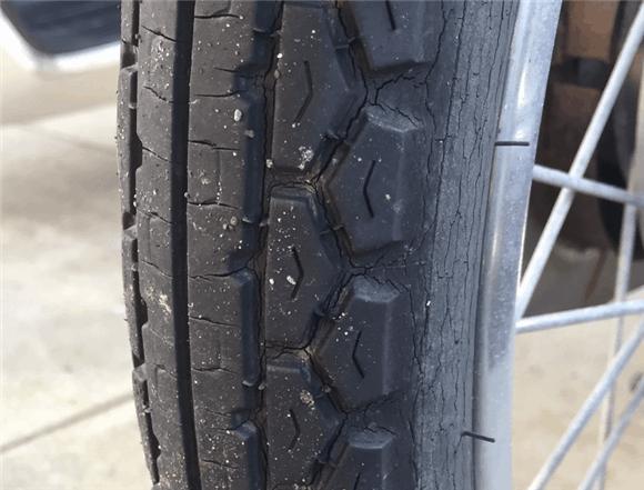 亀裂が入り劣化したスーパーカブのタイヤ。摩耗しやすいタイヤ。
