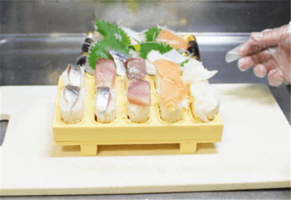「とびだせ!おすし」の使い方5.寿司ゲタごと食卓に並べます。