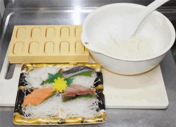 準備。酢飯(シャリ)、刺身の盛り合わせ、握り寿司の型である「とびだせ!おすし」