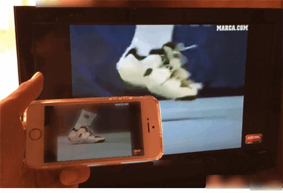 iPhoneでスロー再生させてYoutube動画をテレビの大画面に映しだしているところ。プレイヤーがゆっくりジャンプしている。