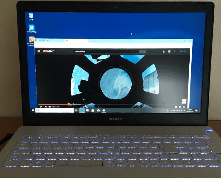 マウスコンピューター「m-Book B506H」のキーボードの背部からLEDイルミネーションが輝く。