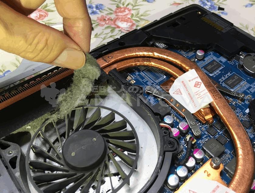 ノートPCの冷却ファンに溜まっているゴミを除去しているところ。