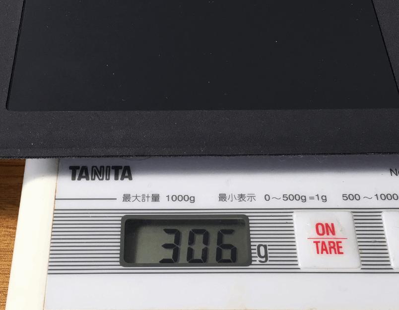 タイプカバーの重量を計っているところ。